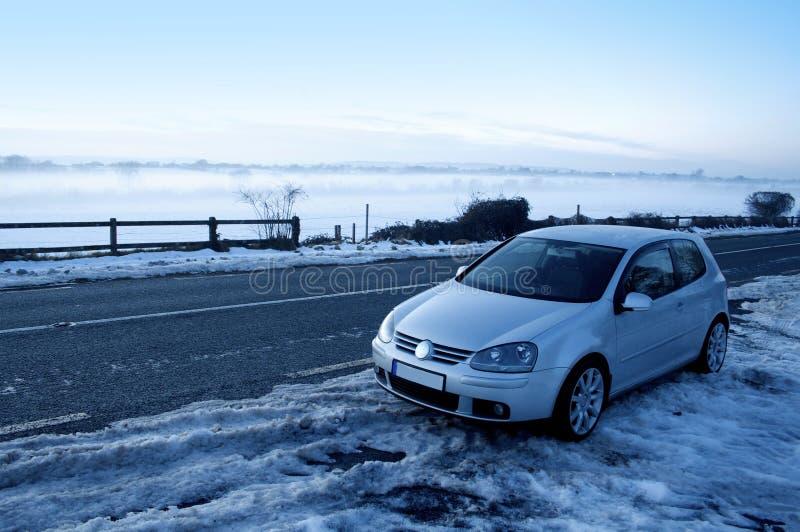 Automobile nella neve fotografie stock libere da diritti