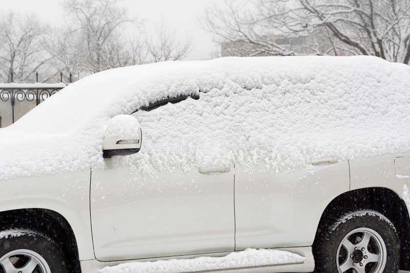 Automobile nella neve immagine stock