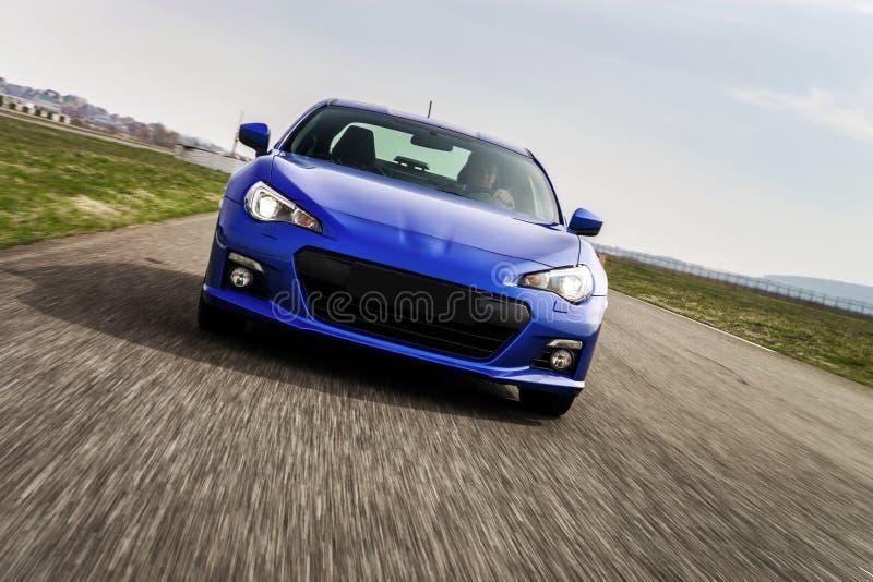 Automobile potente sul circuito automobilistico Cattura del movimento immagini stock