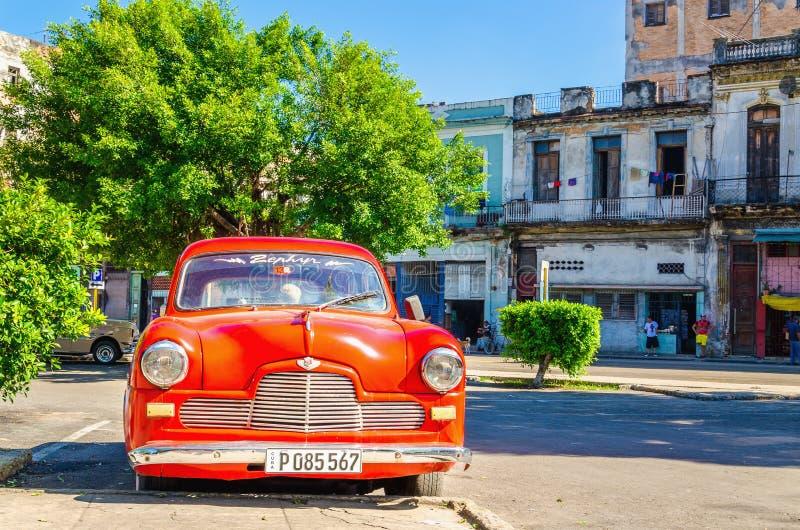 Automobile rossa americana classica sulla via di Havana Cuba fotografia stock libera da diritti