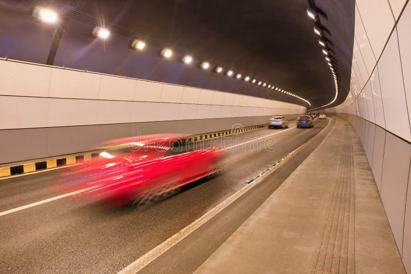 Automobile rossa che precipita tramite un tunnel fotografie stock