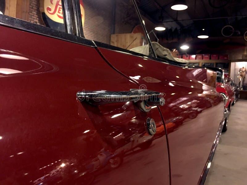 Automobile rossa d'annata immagini stock