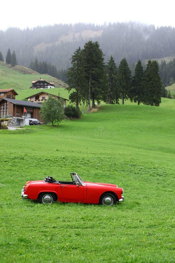 Automobile rossa d'annata allo svizzero fotografia stock libera da diritti