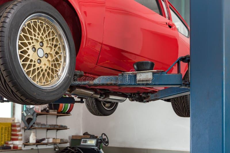 Automobile rossa del Oldtimer sull'ascensore fotografie stock