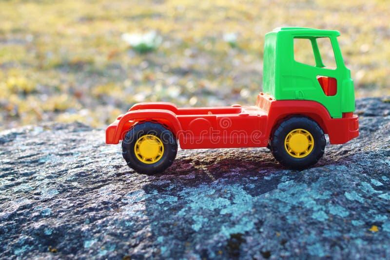 Automobile rossa e verde del giocattolo immagini stock libere da diritti