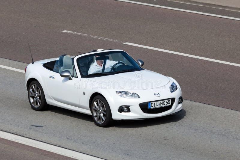 Automobile scoperta a due posti di Mazda MX-5 sulla strada immagini stock libere da diritti