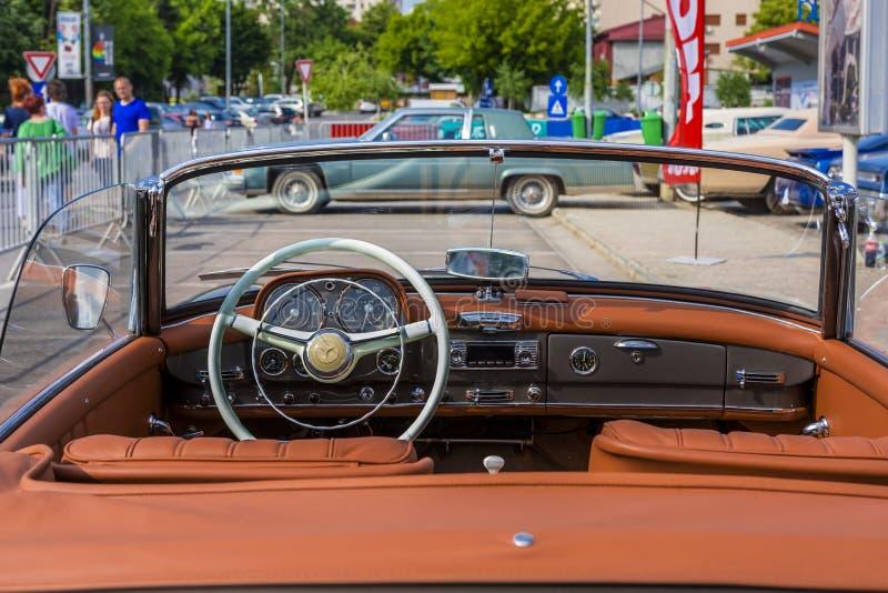 Automobile scoperta a due posti di Mercedes Benz 190SL immagini stock libere da diritti