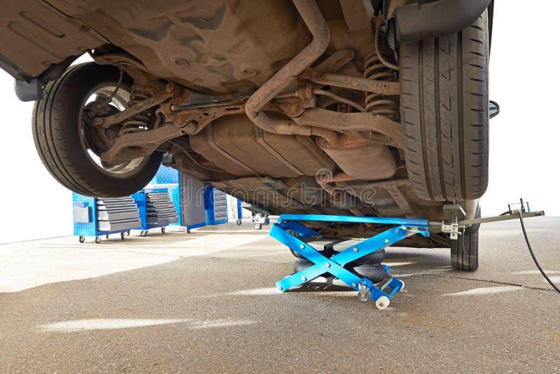Automobile sollevata dalla presa pneumatica isolata fotografia stock libera da diritti