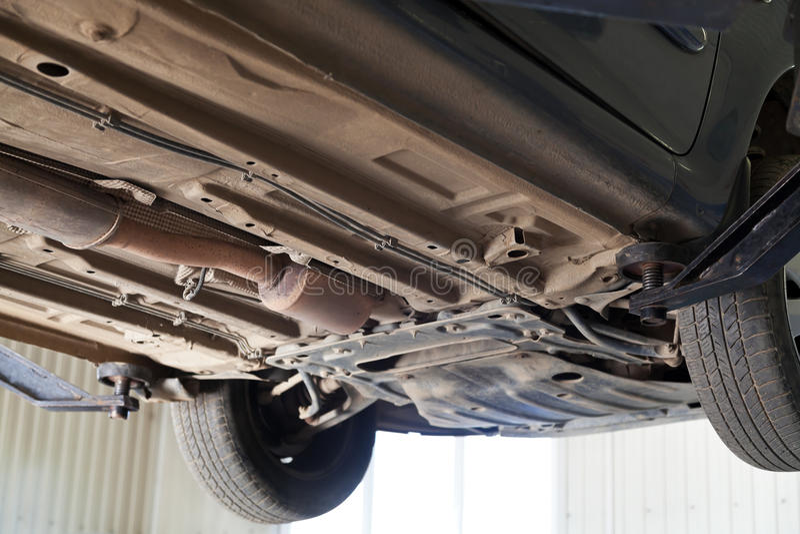 Automobile sollevata sulla gru automatica al distributore di benzina fotografia stock libera da diritti