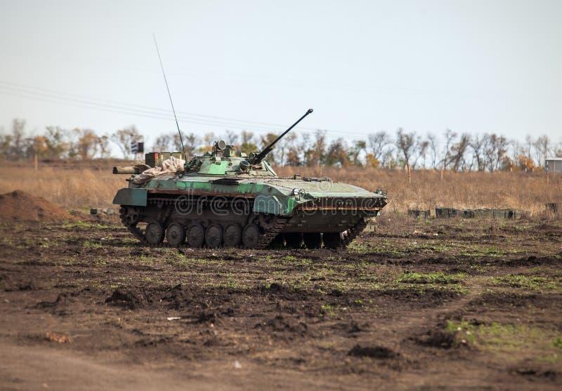 Automobile sovietica della fanteria nel campo fotografie stock