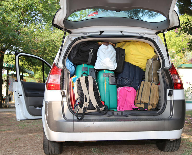 Automobile sovraccaricata di valigie per il viaggio fotografia stock libera da diritti