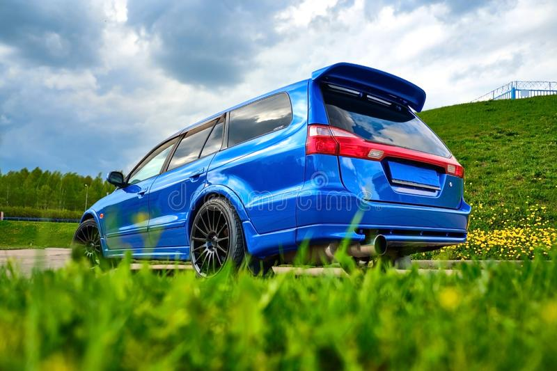Automobile sportiva aggressiva in blu contro lo sfondo della natura fotografie stock libere da diritti