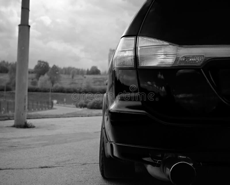 Automobile sportiva aggressiva in blu contro lo sfondo della natura fotografia stock