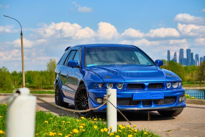 Automobile sportiva aggressiva in blu contro lo sfondo della natura immagini stock