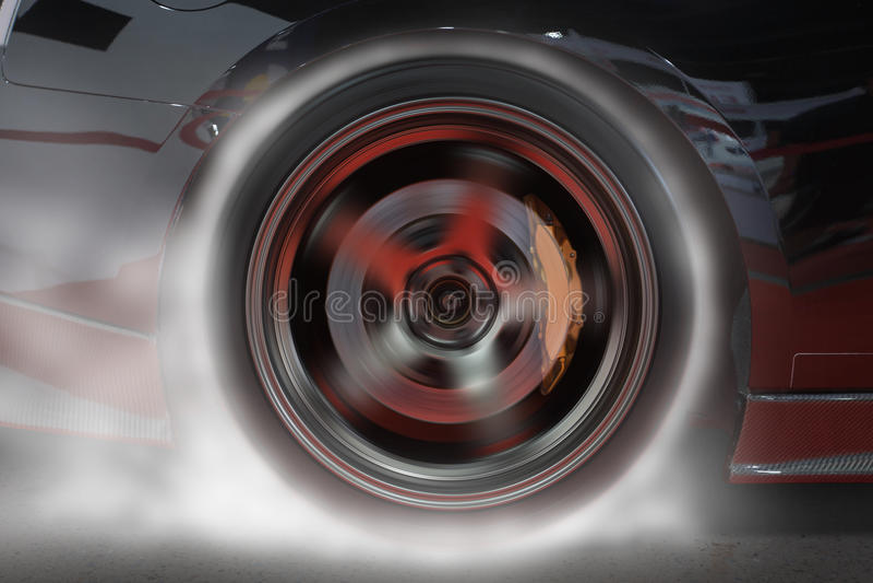 Automobile sportiva che brucia gomma posteriore per riscaldare gomma per buona trazione prima dell'inizio per correre fotografie stock