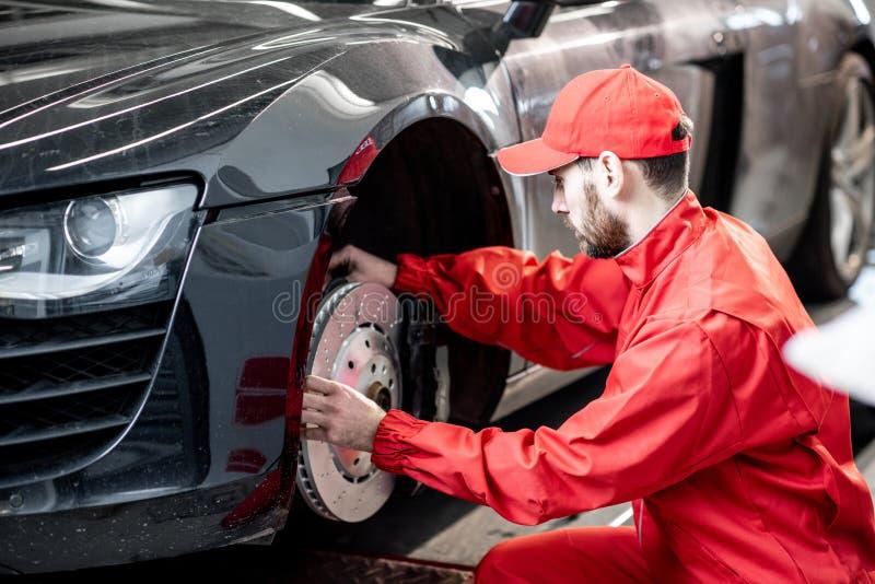 Automobile sportiva d'assistenza del meccanico fotografia stock