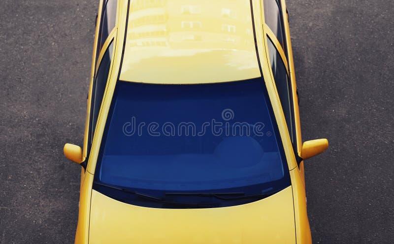Automobile sportiva di lusso Automobile di vista superiore, tetto, fondo del cappuccio del parabrezza sulla strada fotografia stock libera da diritti