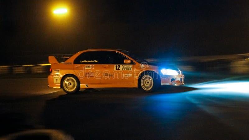 Automobile sportiva di Mitsubishi Lancer che corre al circuito di Chayka, Kyiv, Ucraina, corsa di notte, 09 04 2016, foto editori fotografia stock libera da diritti