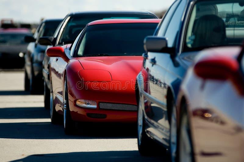 Automobile sportiva rossa in un ingorgo stradale. fotografie stock
