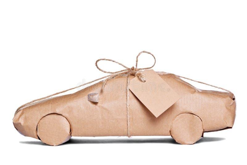 Automobile spostata in documento marrone tagliato immagine stock