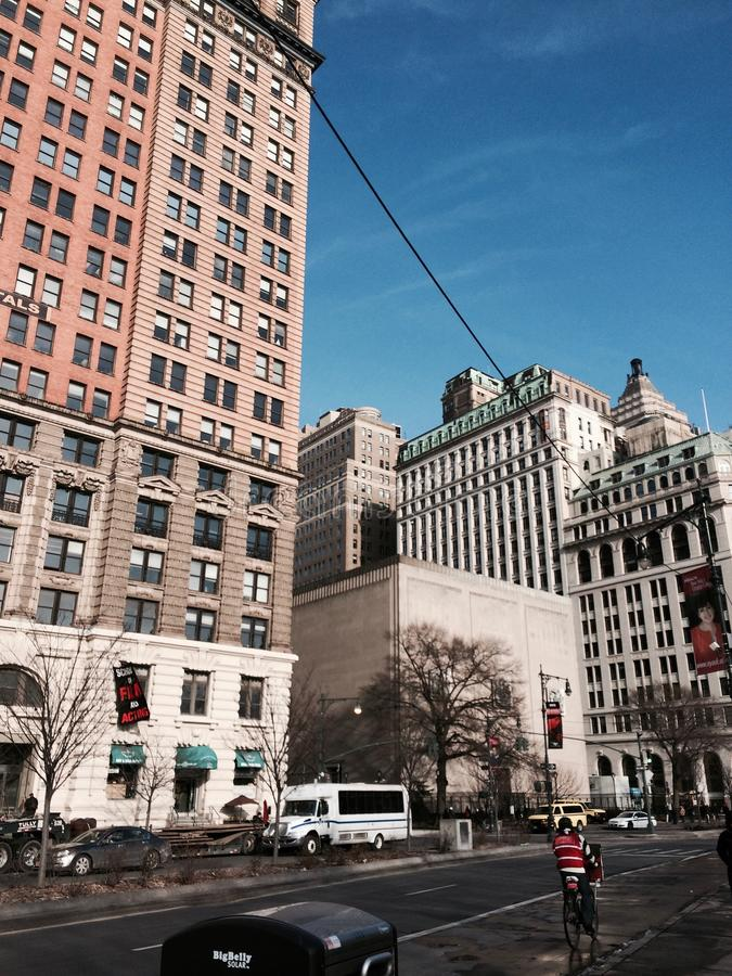 Automobile Stati Uniti d'America del cielo blu dell'automobile della via di inverno della costruzione di NYC fotografia stock libera da diritti
