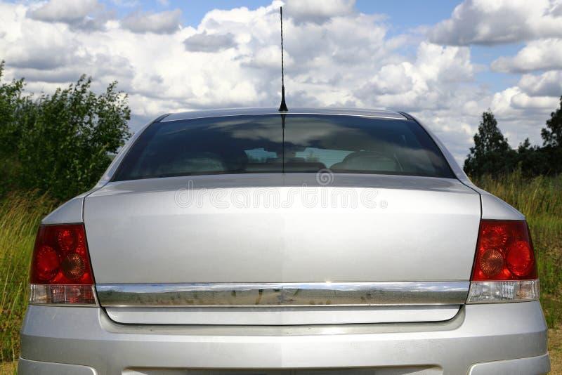 Automobile su una strada non asfaltata di estate Isolato su bianco fotografia stock