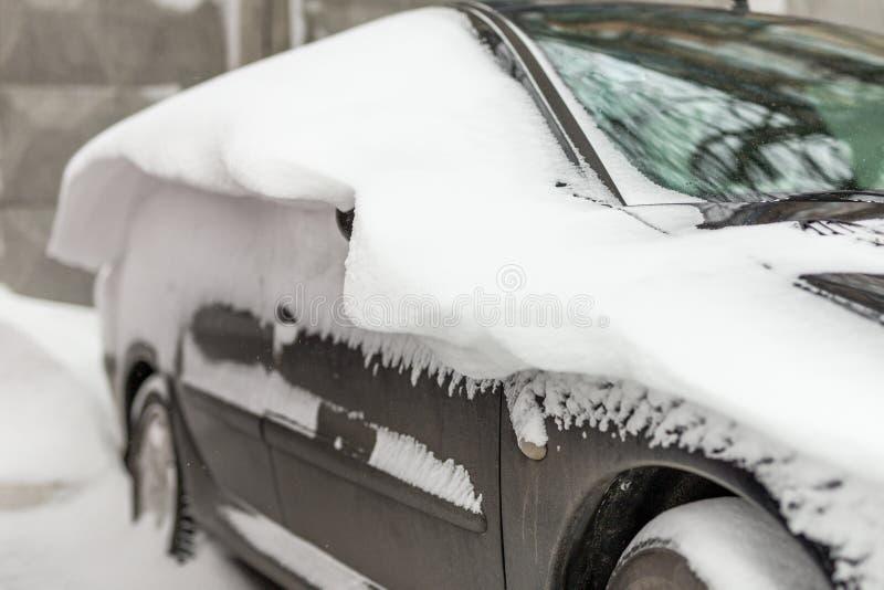 Automobile su una via coperta di grande strato della neve immagine stock libera da diritti