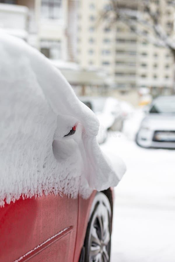 Automobile su una via coperta di grande strato della neve fotografia stock libera da diritti