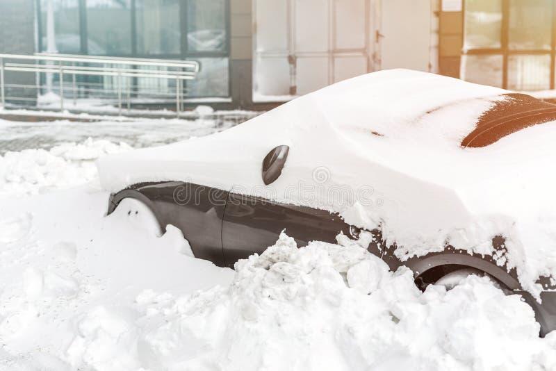 Automobile su una via coperta di grande strato della neve immagini stock libere da diritti