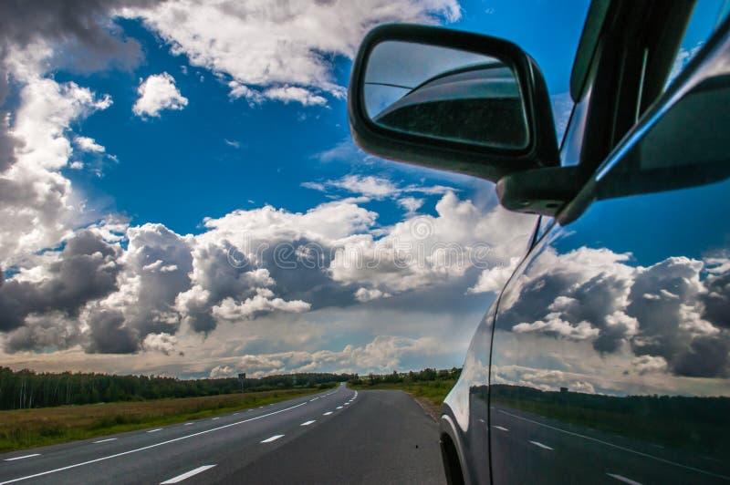 Automobile sulla strada immagine stock libera da diritti