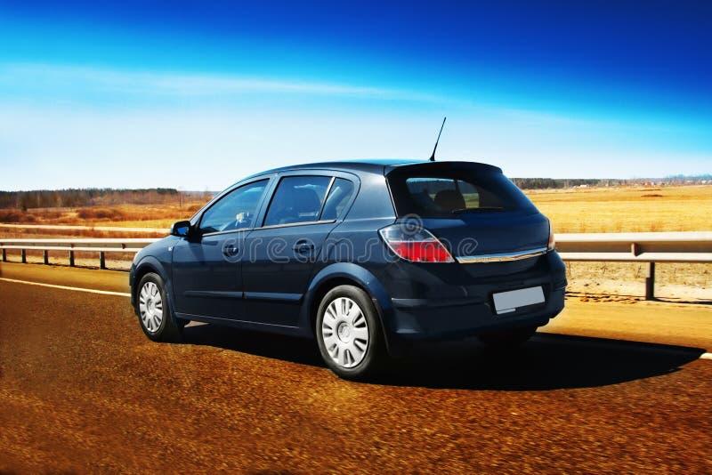 Automobile sulla strada fotografie stock