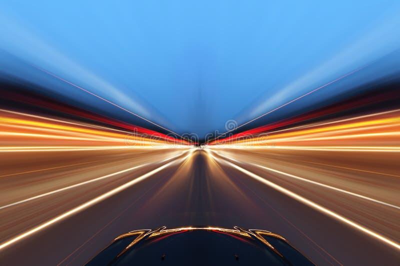Automobile sulla strada con il fondo del mosso immagine stock