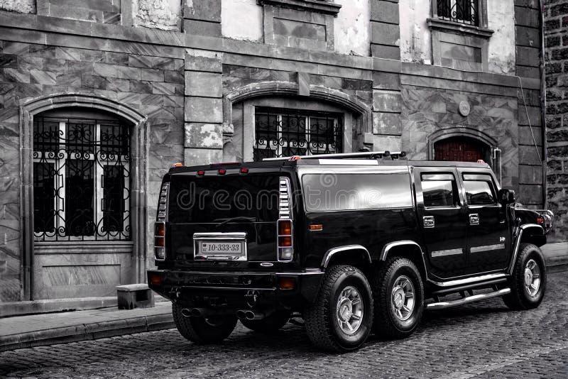 Automobile sulle vie di vecchia città di Bacu immagine stock