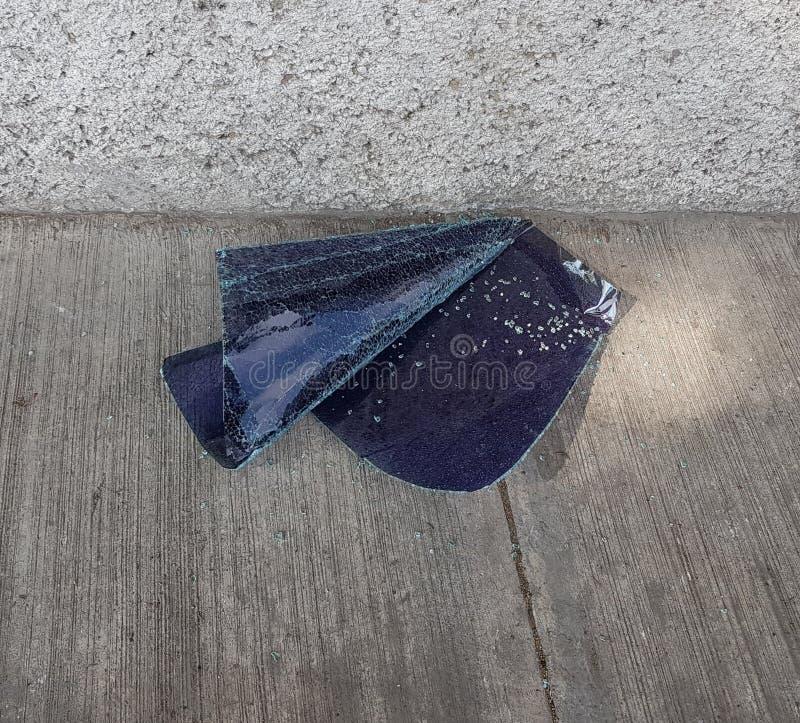 automobile tagliata di vetro tirata verso il pavimento fotografia stock libera da diritti
