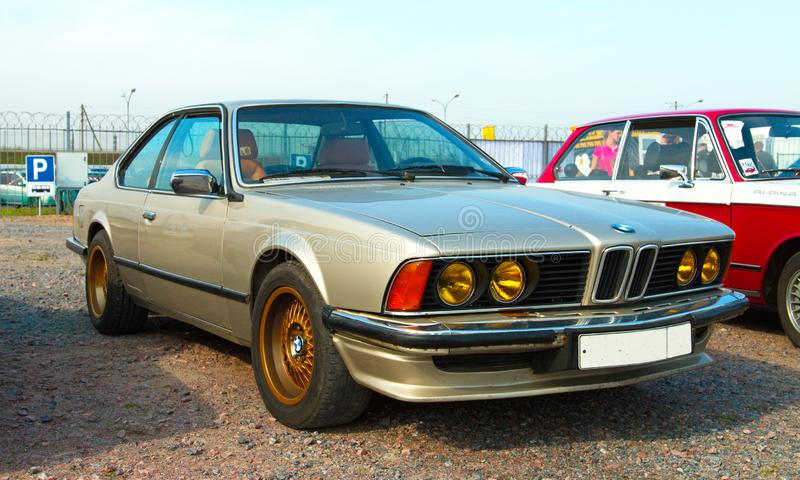 Automobile tedesca d'annata BMW 6 serie E24 sul festival di retro tecnica fotografia stock libera da diritti