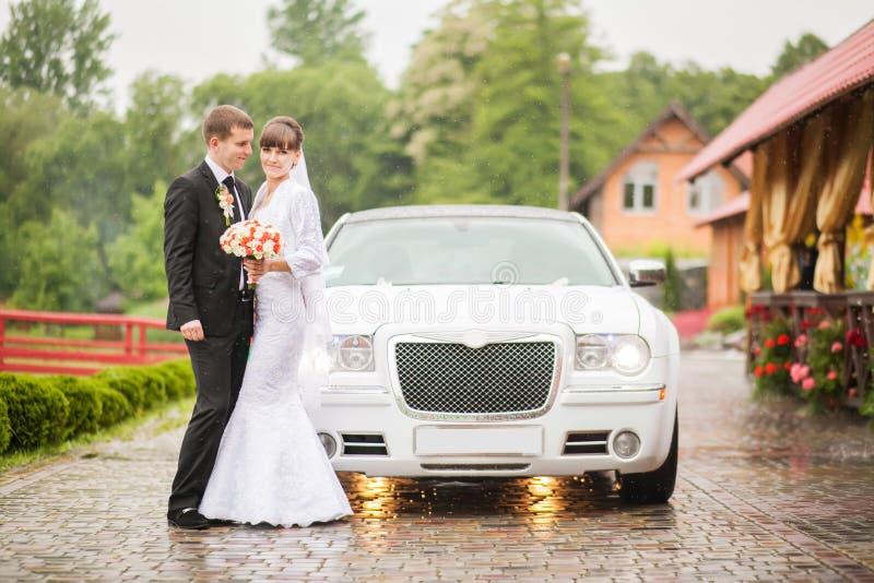 Automobile vicina diritta recentemente sposata di nozze fotografie stock libere da diritti