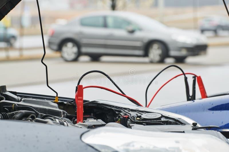 Automobilhilfe Zusatzstarthilfekabel, die Automobil entladene Batterie aufladen stockbild