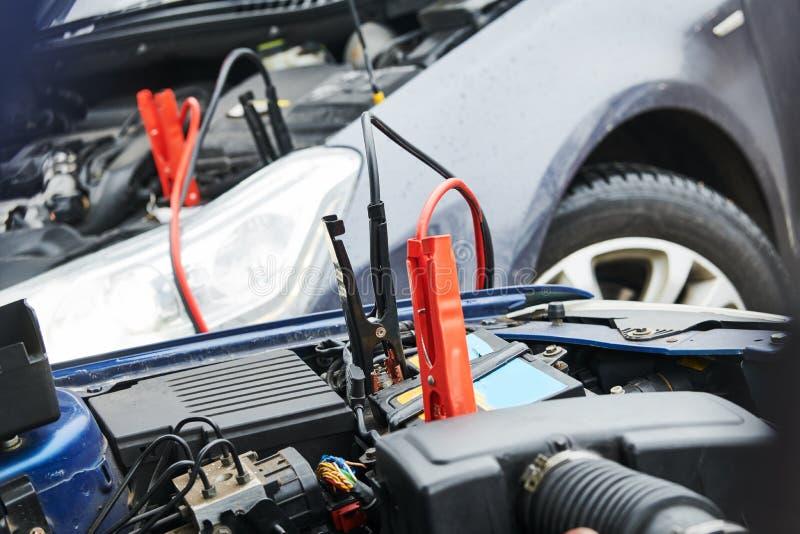 Automobilhilfe Zusatzstarthilfekabel, die Automobil entladene Batterie aufladen stockbilder