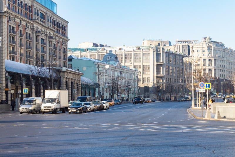 Automobili alla via di Tverskaya vicino all'hotel nazionale immagini stock