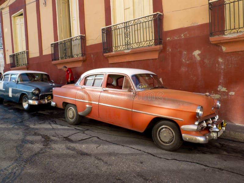 Automobili americane d'annata parcheggiate in Santiago de Cuba fotografia stock libera da diritti