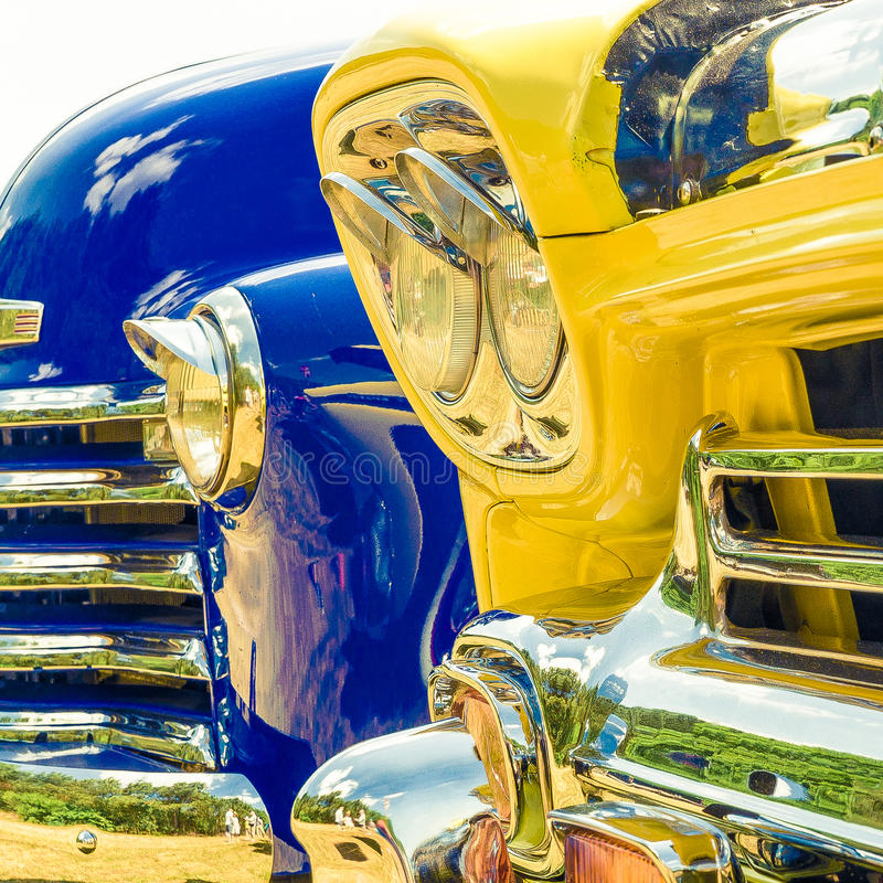 Automobili brillanti in una fila immagini stock libere da diritti