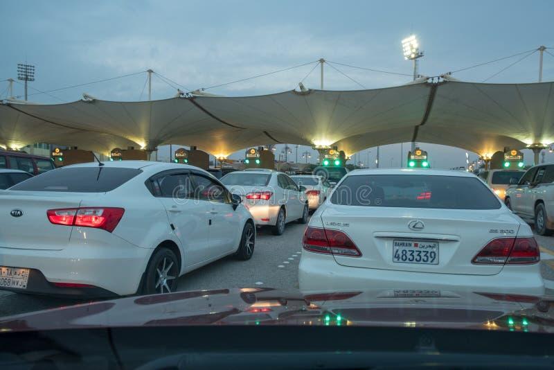 Automobili che aspettano per attraversare il confine della saudita del Bahrain fotografia stock libera da diritti