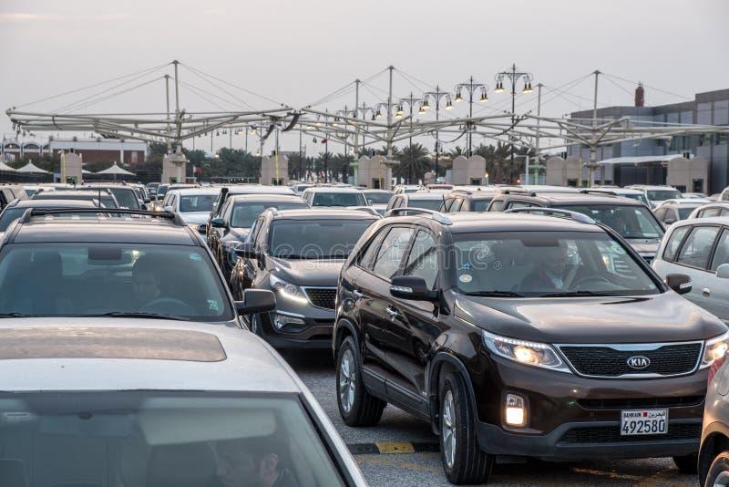 Automobili che aspettano per attraversare il confine della saudita del Bahrain immagini stock