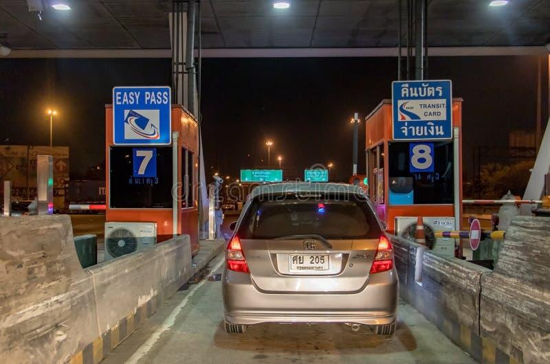 Automobili che stanno all'entrata dell'autostrada del portone fotografia stock libera da diritti
