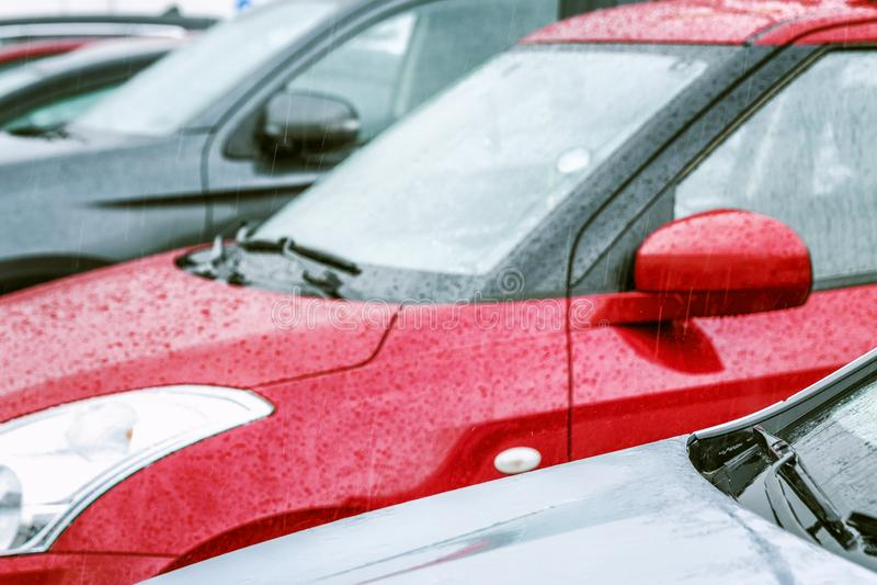 Automobili che stanno in una fila nel parcheggio Primo piano immagini stock