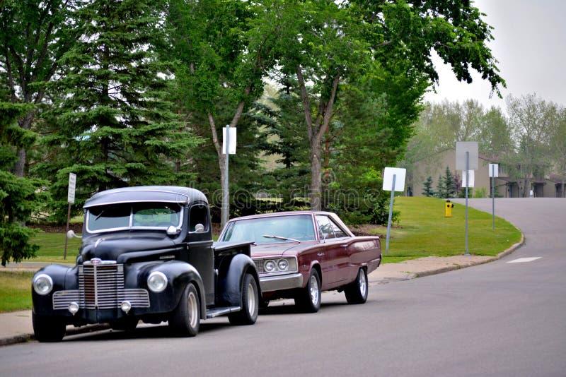 Automobili classiche parcheggiate sulla via immagini stock