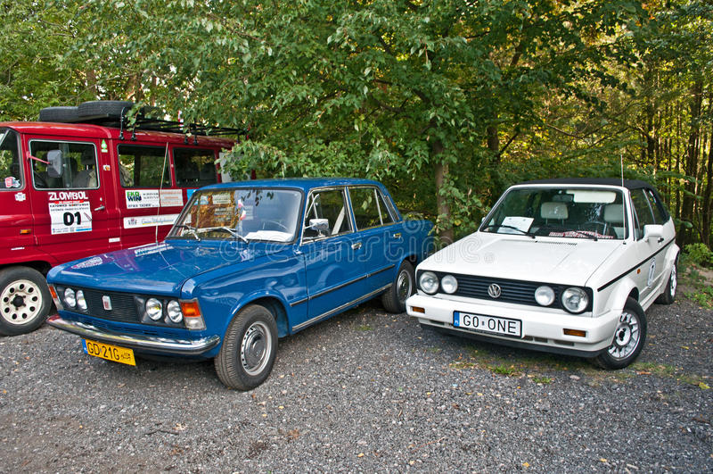 Automobili d'annata FSO Polski Fiat 125p e Volkswagen Golf I immagine stock libera da diritti