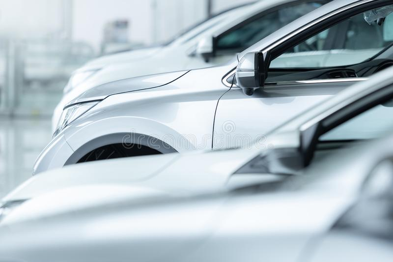 Automobili da vendere, industria automobilistica, parcheggio di gestione commerciale di automobili immagini stock libere da diritti