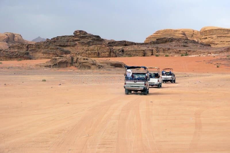 Automobili dei turisti alla ricerca delle avventure nel deserto immagini stock