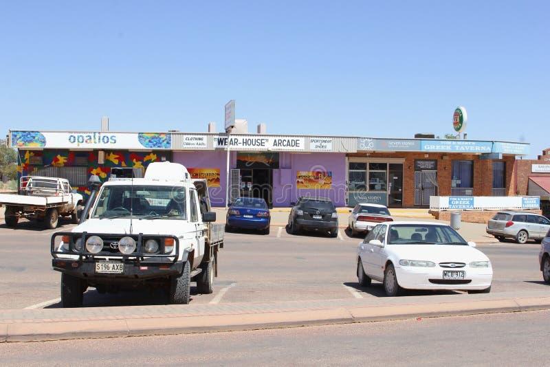 Automobili del centro commerciale che estraggono città Coober Pedy, Australia immagine stock